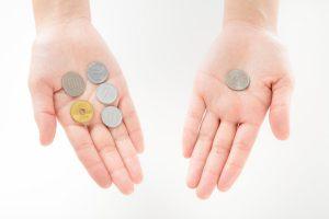 小銭を持つ手